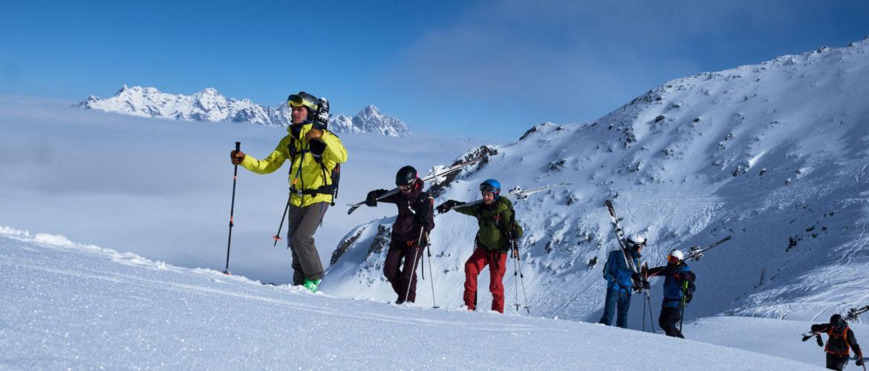 Toni beim Aufstieg über tierverschneite Winterlandschaft.